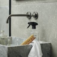 Kinfill kylpyhuoneen puhdistusaine  täytettävässä lasipullossa