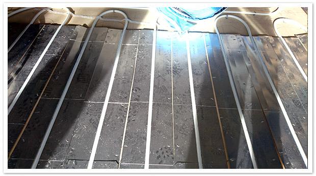 Yksityiskohta yläkerran lattialämmityksen asennuksesta